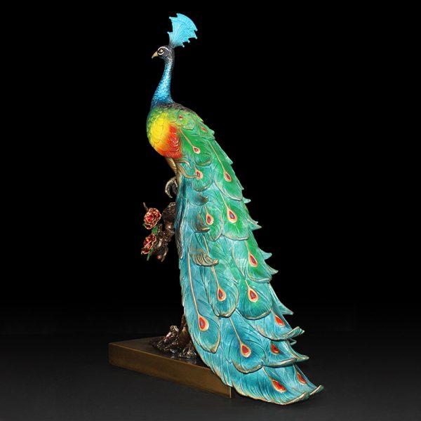 1I904025 peacock statue indoor (3)